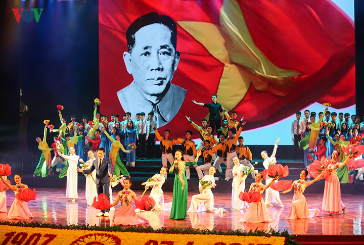 Vietnam marks 110th birth anniversary of Party chief Le Duan