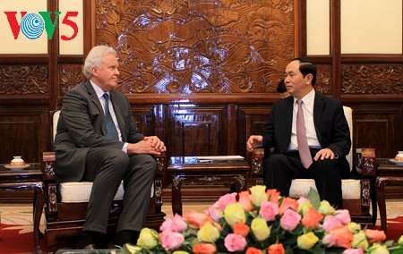 President receives General Electric Chairman