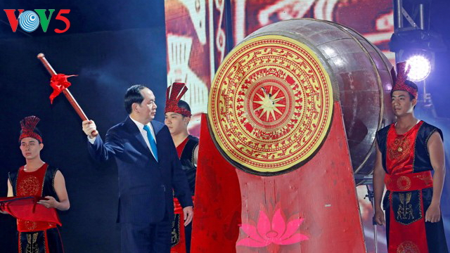 President visits Nghe An armed forces, opens Cua Lo Tourism Festival 2017
