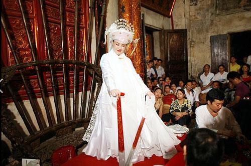 圣母童人的服饰