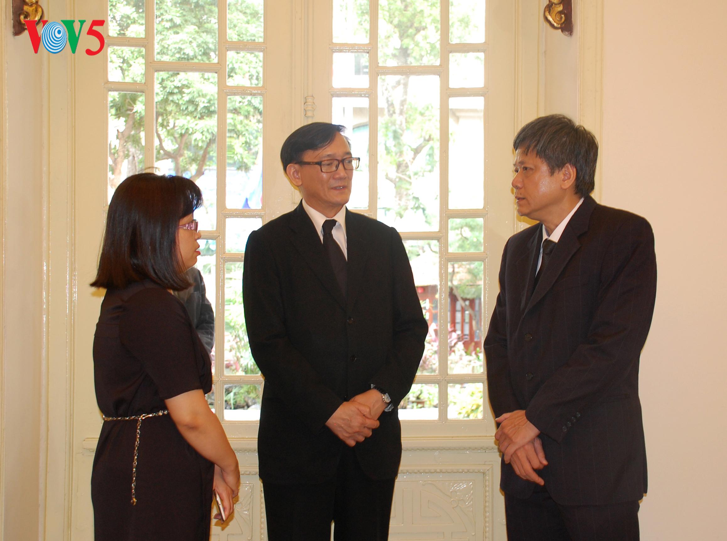 คณะผู้แทนสถานีวิทยุเวียดนามถวายอาลัยพระบาทสมเด็จปรมินทรมหาภูมิพลอดุลยเดช ณ กรุงฮานอย