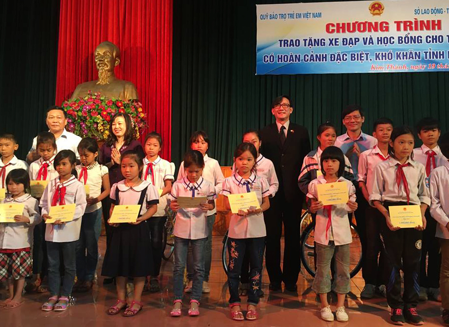สถานเอกอัครราชทูตไทยประจำเวียดนามมอบจักรยานให้แก่เด็กด้อยโอกาสในจังหวัดหายเซือง