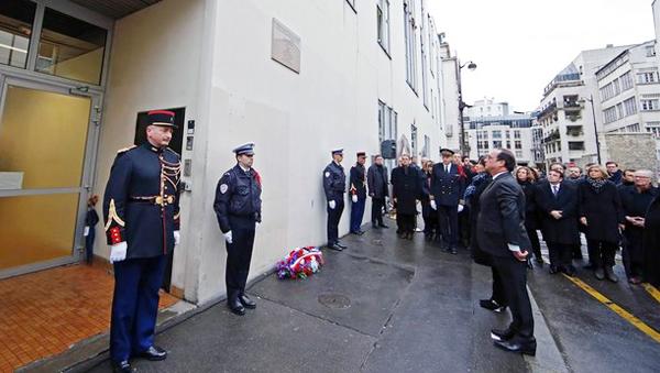 """Presidente francés inaugura placa en homenaje a víctimas de """"Charlie Hebdo"""""""