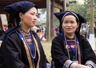 Tela índigo crea encanto de la vestimenta de grupos étnicos