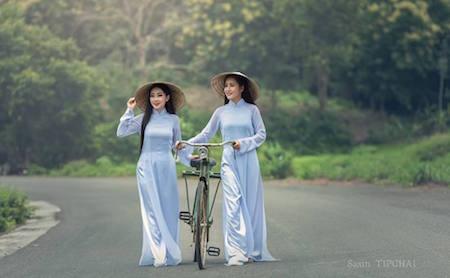 Modelos tailandesas en traje tradicional vietnamita