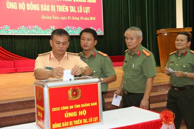 Continúan las donaciones para pobladores afectados por las inundaciones en el centro de Vietnam