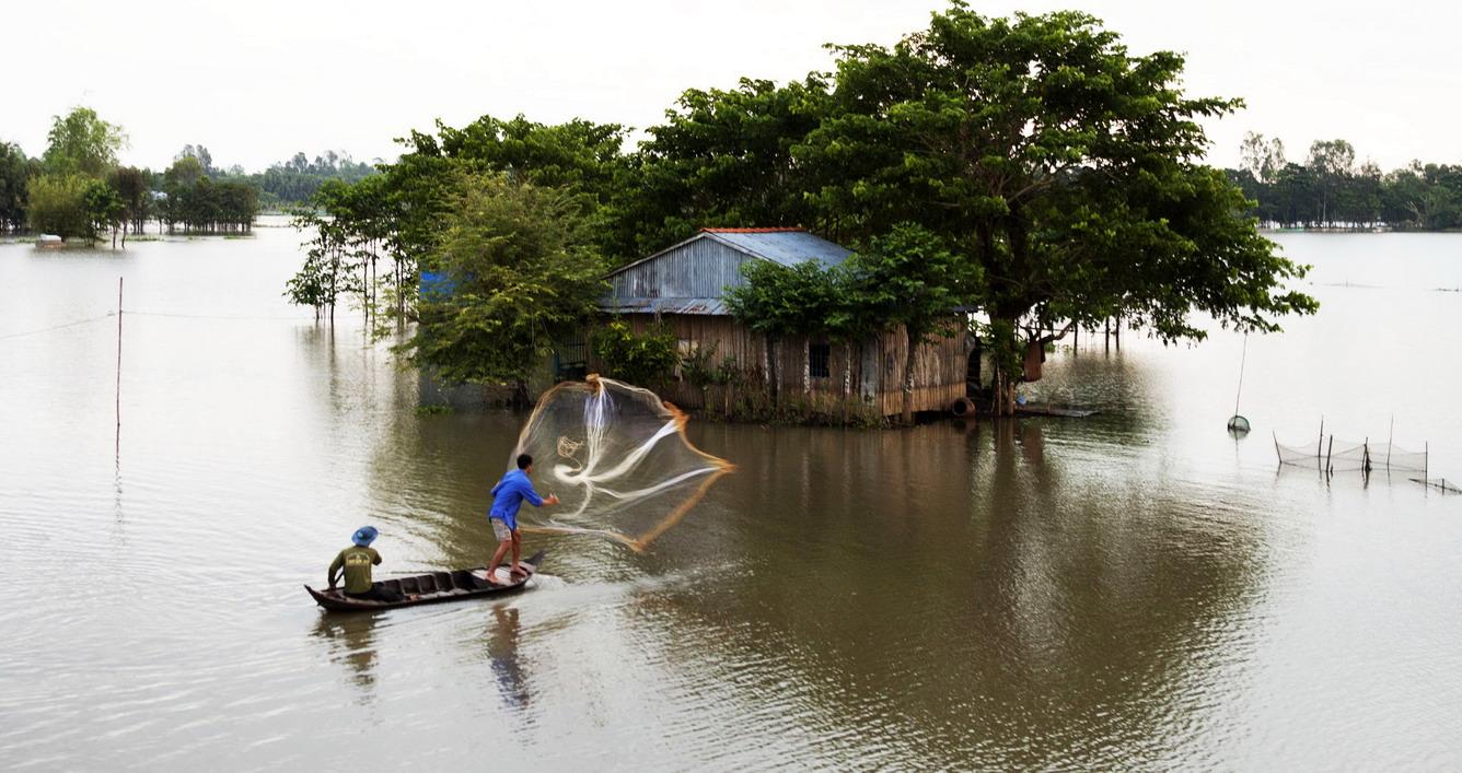 Agricultores del Delta del río Mekong en época de crecidas