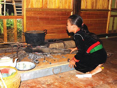 Etnia Kho Mu aprecia la hornilla y el fuego