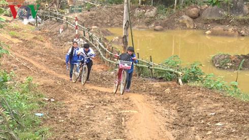 Programa de bicicletas prestadas pone alas a sueños de alumnos pobres en Lao Cai