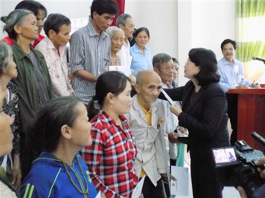 Vicepresidenta vietnamita visita zonas afectadas por inundaciones