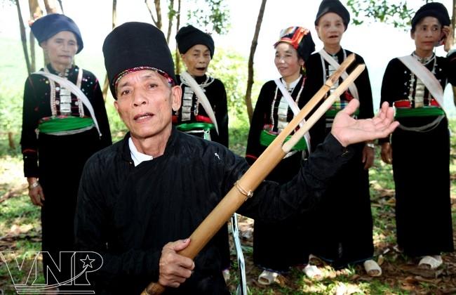 """""""Tơm""""-el canto folclórico original de los Kho Mu"""