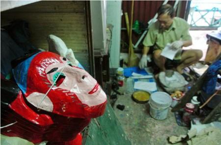 Única familia fabricante de tradicionales máscaras de cartulina en Hanoi
