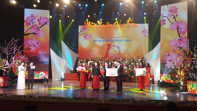Filántropos entregan más de 4,4 millones de dólares para niños vietnamitas