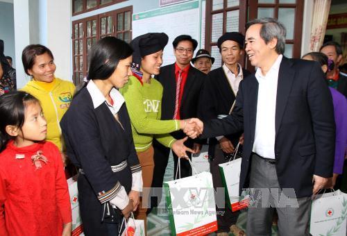 Dirigentes vietnamitas visitan más familias pobres y de méritos revolucionarios por el Tet