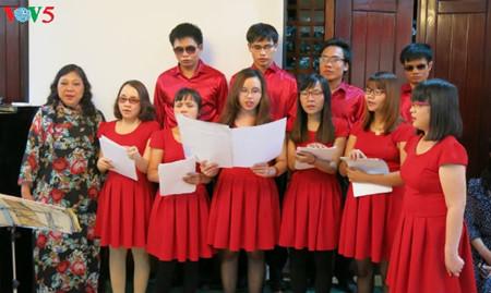 El coro Hy Vong ilumina los sueños de personas ciegas