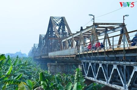 Kota Hanoi dan penggalan-penggalan jembatan  yang menyambungkan waktu