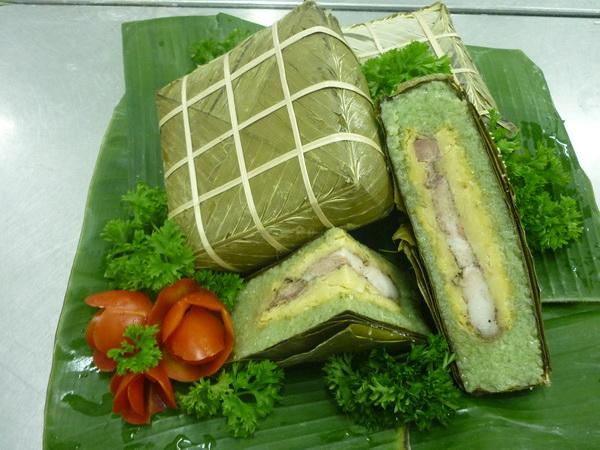 Membuat kue Chung tradisional Vietnam pada Hari Raya Tet