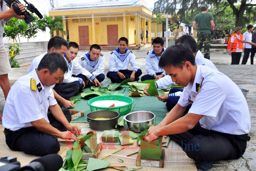 Hari Raya Tet yang penuh dengan perasaan prajurit tentara dan rakyat di kabupaten pulau Truong Sa