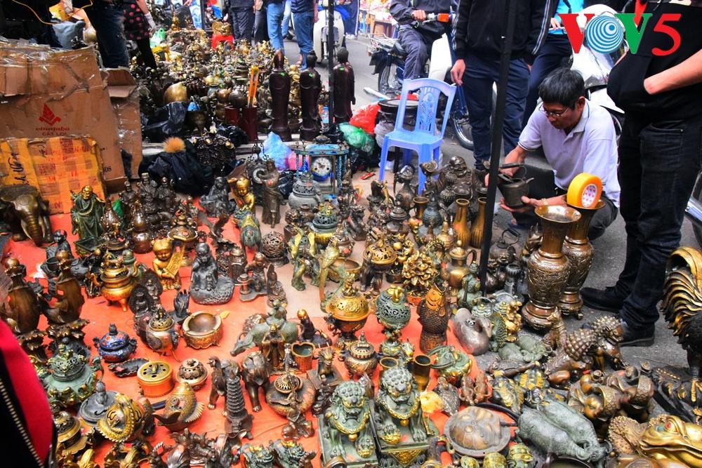 Pasaran barang antik Hang Luoc di jantungnya dari ibukota Hanoi