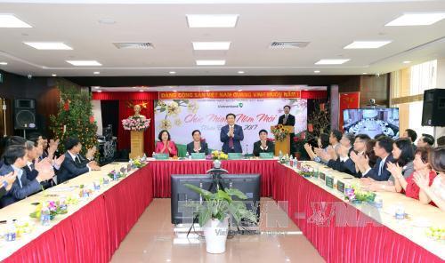 Deputi PM Vuong Dinh Hue mengunjungi dan mengucapkan selamat Hari Raya Tet kepada Vietcombank
