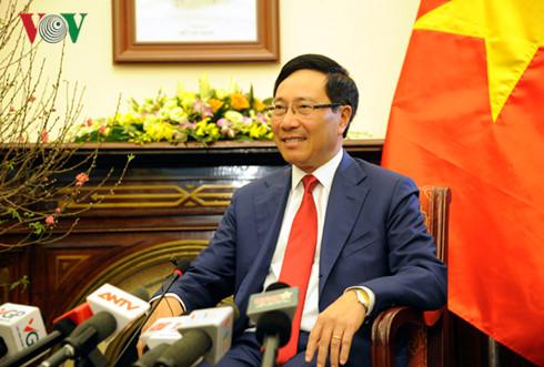 越南政府副总理兼外交部长范平明新年之际会见越南媒体