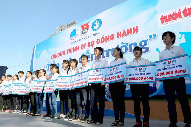 Thousands of young volunteers walk to raise funds for poor children's schooling