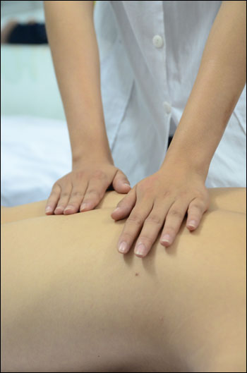Xoa bóp điều trị  đau nhức xương khớp