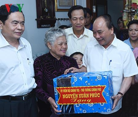 Thủ tướng Nguyễn Xuân Phúc thăm các gia đình chính sách tại Cần Thơ