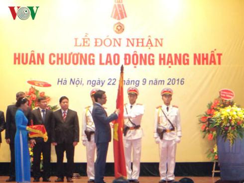 Phó Thủ tướng Vũ Đức Đam trao Huân chương Lao động hạng Nhất cho Bảo tàng lịch sử quốc gia