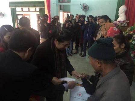 Phó Chủ tịch Quốc hội Tòng Thị Phóng thăm và tặng quà cho người nghèo  tại tỉnh Bắc Giang