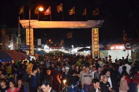 Đi chợ Viềng Nam Định mua may cầu lành