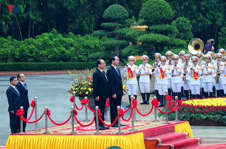 ผู้แทนฝรั่งเศสเชื้อสายเวียดนามในคณะของประธานาธิบดีฝรั่งเศสที่เดินทางมาเยือนประเทศเวียดนาม