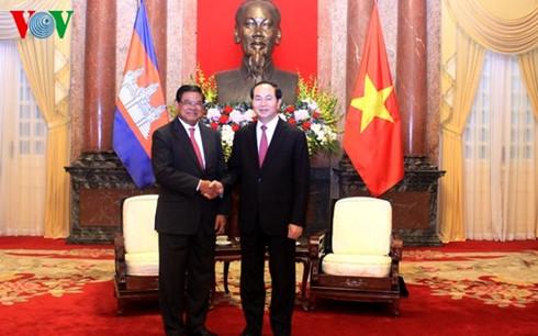 ประธานประเทศเจิ่นด่ายกวางให้การต้อนรับรองนายกรัฐมนตรีและรัฐมนตรีมหาดไทยกัมพูชา
