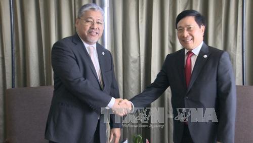 รองนายกรัฐมนตรีและรัฐมนตรีต่างประเทศเวียดนามพบปะทวิภาคีนอกรอบการประชุมรัฐมนตรีต่างประเทศอาเซียน