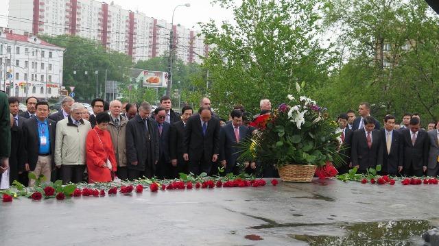 Thủ tướng đặt hoa, trồng cây lưu niệm bên tượng đài Bác Hồ tại Moscow