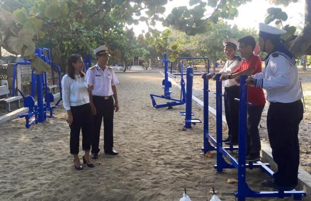 Những món quà nghĩa tình tặng chiến sĩ Trường Sa của người Việt ở Singapore