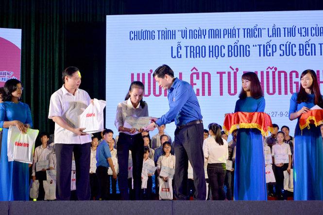 """250 tân sinh viên các tỉnh, thành phía Bắc nhận học bổng """"Tiếp sức đến trường"""""""