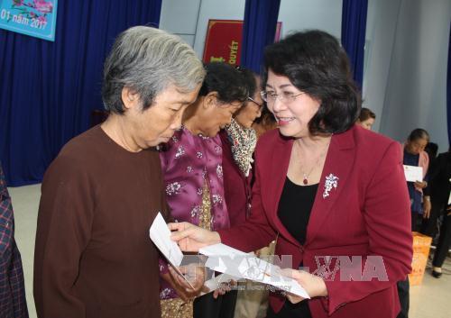 Phó Chủ tịch nước Đặng Thị Ngọc Thịnh tặng quà Tết người dân tỉnh Long An