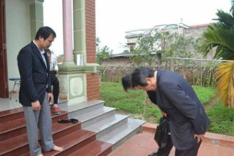 Đại sứ đặc mệnh toàn quyền Nhật Bản tại Việt Nam thăm hỏi gia đình cháu bé người Việt bị sát hại