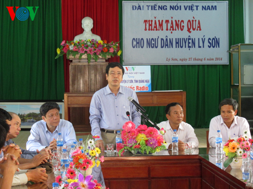 VOV leaders visit and present gifts to fishermen on Ly Son island district