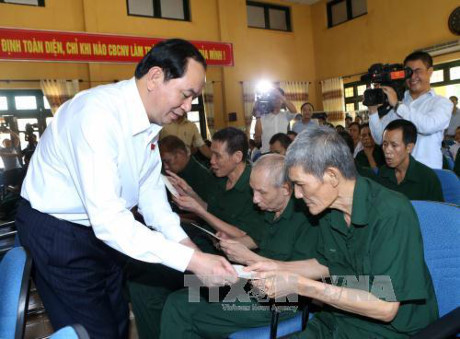 Chủ tịch nước Trần Đại Quang thăm và tặng quà cho các thương binh tại tỉnh Hà Nam