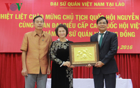 Chủ tịch Quốc hội Nguyễn Thị Kim Ngân thăm Đại sứ quán, kiều bào Việt Nam tại Lào