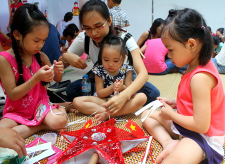กิจกรรมฉลองเทศกาลไหว้พระจันทร์ให้แก่เด็กที่พิพิธภัณฑ์ชาติพันธุ์เวียดนาม