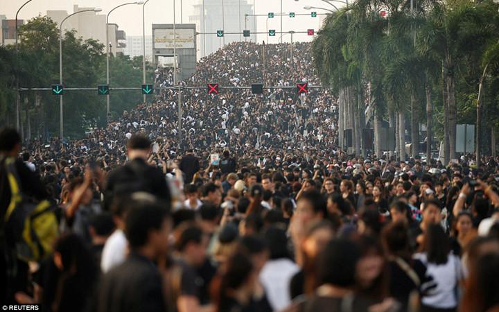 ชาวไทยทั้งประเทศพร้อมใจสวมชุดดำไว้อาลัยในหลวง