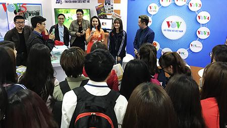 Sinh viên báo chí hào hứng với gian trưng bày VOV tại Hội báo Toàn quốc 2017