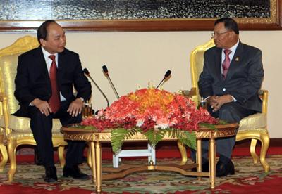Premierminister Nguyen Xuan Phuc trifft Senatspräsident und Parlamentspräsident Kambodscha