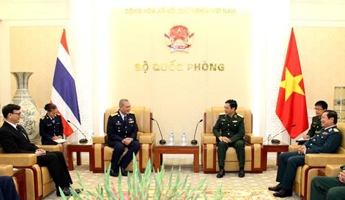 ผลักดันการแลกเปลี่ยนคณะผู้แทนระดับสูงและการพบปะสังสรรค์เจ้าหน้าที่ทหารรุ่นใหม่เวียดนาม-ไทย