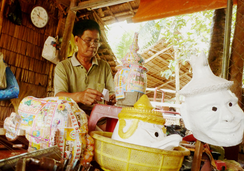 Artisan Lam Phen helps to preserve Khmer traditional arts