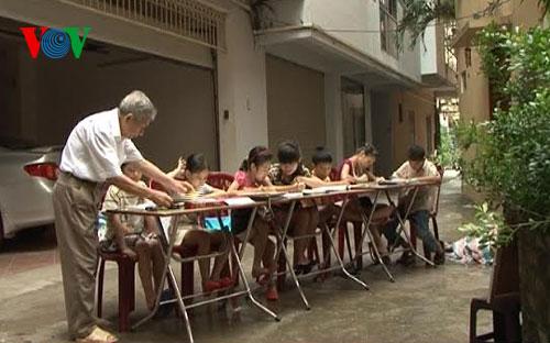 Teacher Nguyen Tra's free class for disadvantaged children