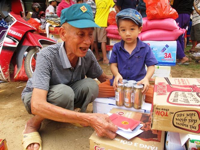 Благородный поступок соотечественников к жителям провинции Куангбинь, пострадавшим от наводнения